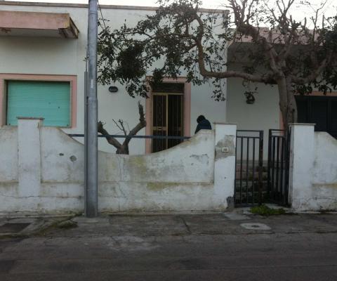Rifacimento ex-novo di muratura di recinzione, Torre dell'Orso (LE)